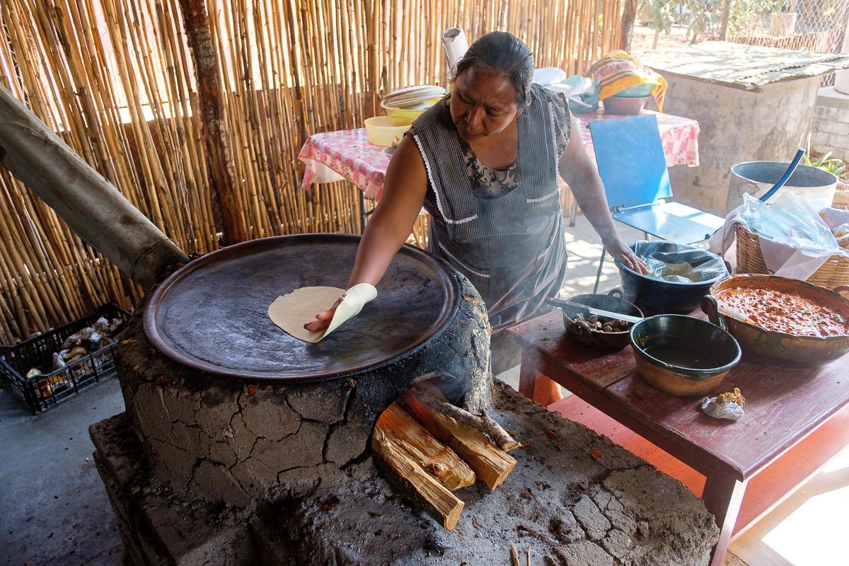 Bajando la tortilla al comal